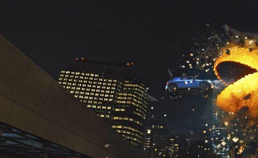 """Josh Gad, en el papel de Ludlow, es perseguido por Pac-Man en la película """"Pixels"""" de Columbia Pictures en una fotografía proporcionada por Sony Pictures. La película se estrenará en Estados Unidos este 24 de julio. (AP)"""