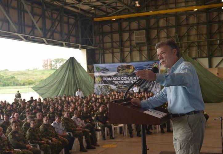 El presidente Juan Manuel Santos, durante una visita al Fuerte Militar de Larandia, explica a las tropas los acuerdos alcanzados con las rebeldes FARC, en La Habana, Cuba, desde noviembre del 2012. (Archivo/Notimex)