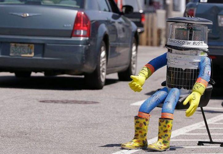 El robot intentaba cruzar el país estadounidense después de viajar de aventón exitosamente a través de Canadá el año pasado y por partes de Europa. (Foto AP/Stephan Savoia, archivo)