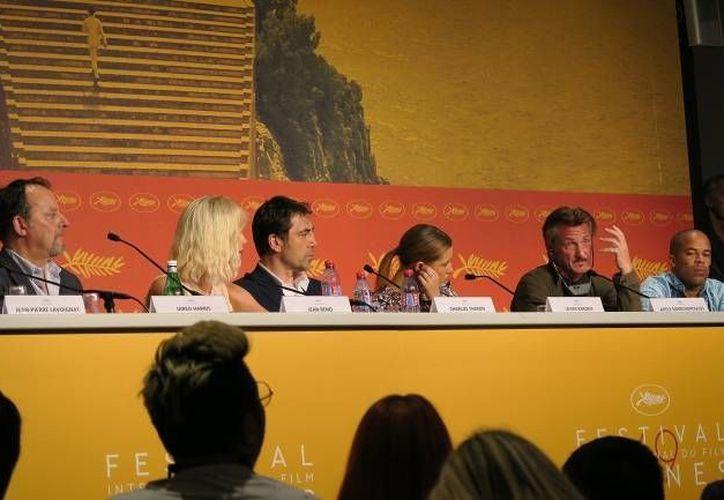 Sean Penn con los actores principales del filme, Javier Bardem y Charlize Theron en rueda de prensa, Festival de Cannes (Notimex).