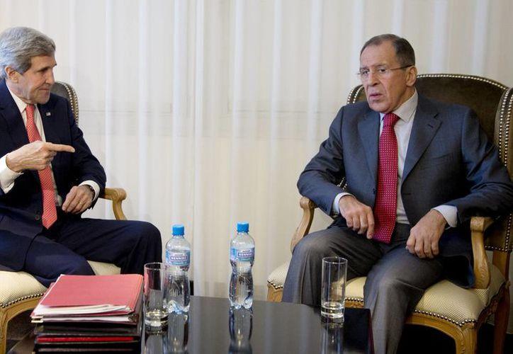 El secretario de Estado de Estados Unidos, John Kerry, con el ministro de Relaciones Exteriores de Rusia, Sergei Lavrov, en el marco de la cita en Ginebra para congelar el armamento nuclear iraní. (Agencias)