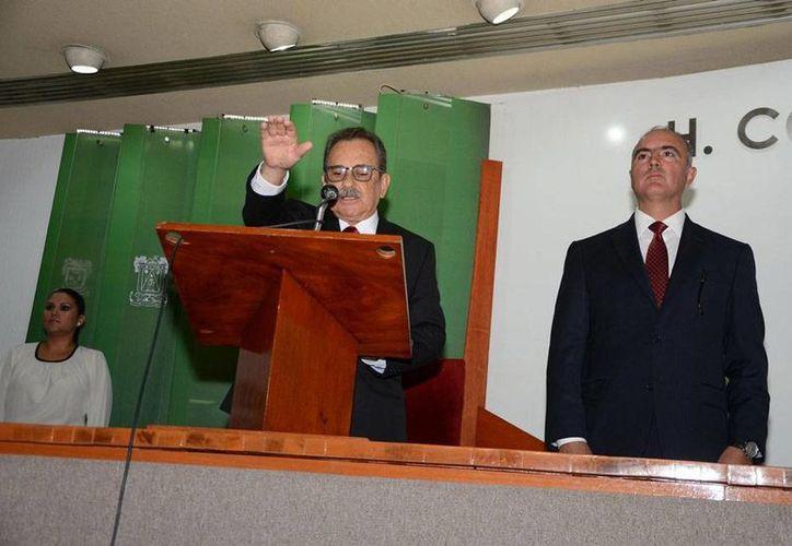 Ramón Pérez Díaz (con la mano levantada) rinde protestas como nuevo gobernador de Colima, en tanto se convocan a elecciones extraordinarias para elegir a un nuevo jefe del Ejecutivo. (NTX)