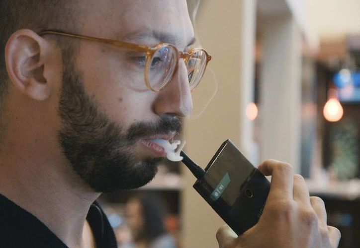 El Jupiter IO 3, el primer móvil que tiene incluido un cigarrillo electrónico, tiene los sabores de menta, melocotón o café y se ofrecen hasta 800 inhalaciones.  (Imagen tomada de theverge.com)