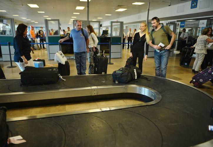 Extreman revisión sanitaria de turistas y tripulación en la terminal aérea. (Gustavo Villegas/SIPSE)