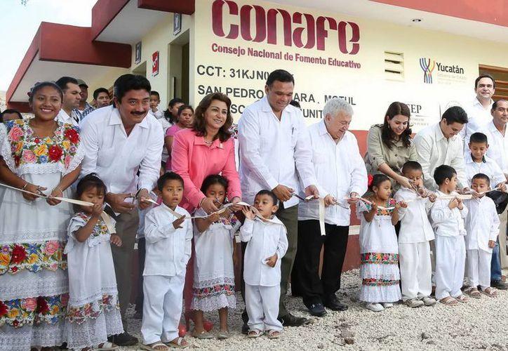 El Gobernador entregó trabajos de rehabilitación de aula, servicios sanitarios y plaza cívica de la Escuela Conafe de Komchén Martínez, comisaría de Motul. (SIPSE)