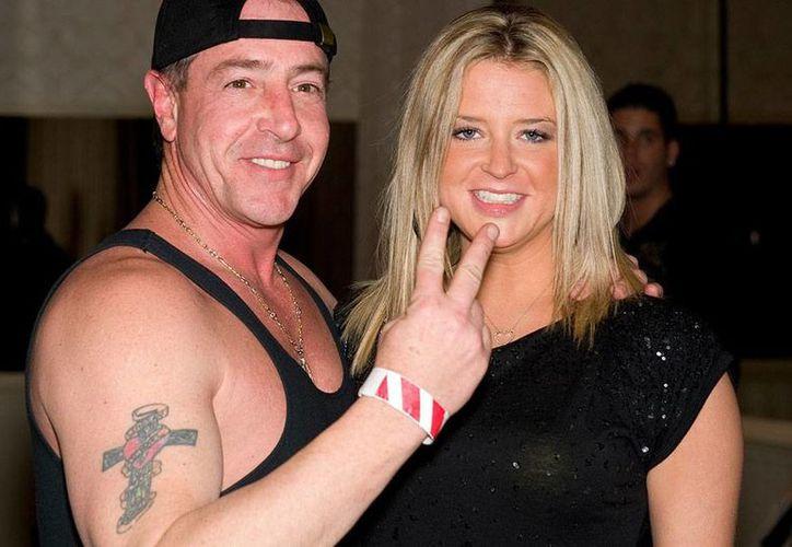 Kate Major-Lohan, casada con el padre de la actriz Lindsay Lohan, y con aparece en la imagen, fue bajada de un avión, pero se desconocen los motivos. (intouchweekly.com)