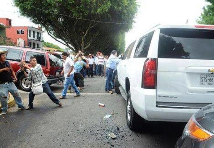 Un grupo de personas lanzó piedras contra los vehículos en los que se trasladaban Anaya, Yunes y Creel. (Milenio)