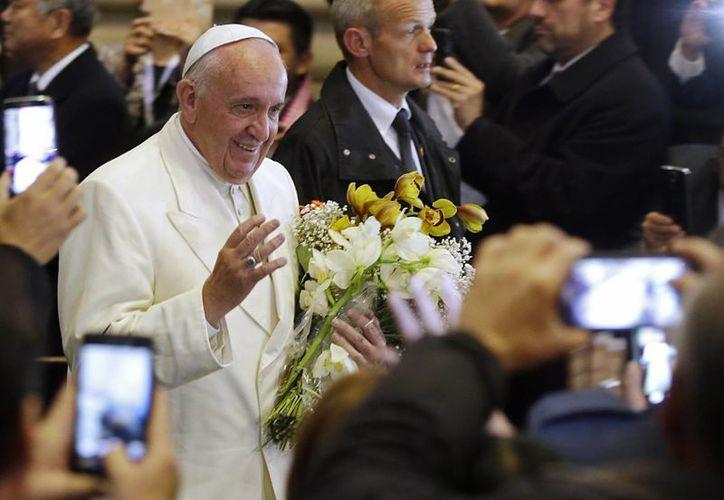 El Papa Francisco arribando el miércoles 8 de juunio por la noche a la catedral de La Paz, Bolivia, donde aludió a la diferencia que sostienen Bolivia y Chile por la demanda marítima boliviana. (Foto AP)