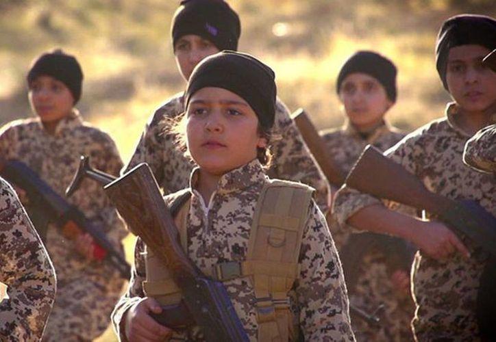 El video, titulado 'Sangre por sangre', muestra a varios niños de aproximadamente 10 años vestidos con ropa militar de camuflaje y empuñando armas de fuego. (RT)
