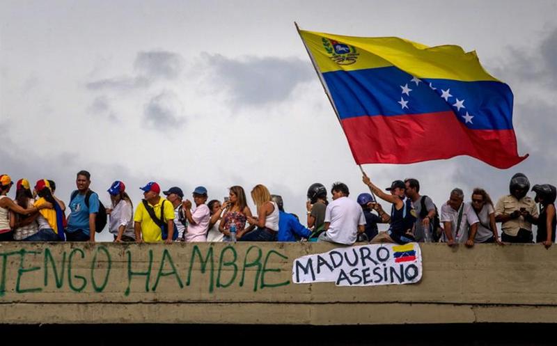 Venezolanos en Chile protestaron contra Maduro cerca de la embajada