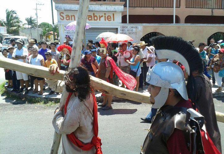 Ante la mirada de más de 400 personas, Jesús lleva la cruz a cuestas. (Paloma Wong/Sipse)