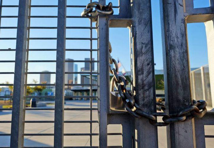 Todas las escuelas de Los Angeles han recibido la orden de cancelar sus clases debido a una amenaza de ataque. Un candado mantiene cerrada la reja en la secundaria Edward Roybal en Los Ángeles. (Agencias)