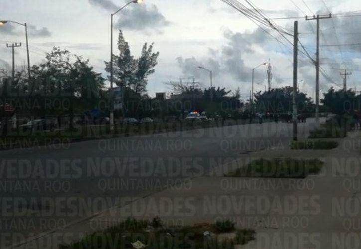 Hay al menos una persona herida y tirada sobre el asfalto. (Foto: Redacción/SIPSE).