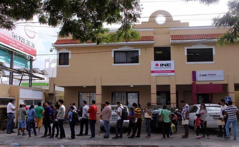 Los módulos del Registro Federal de Electores, a reventar. (José Acosta/SIPSE)
