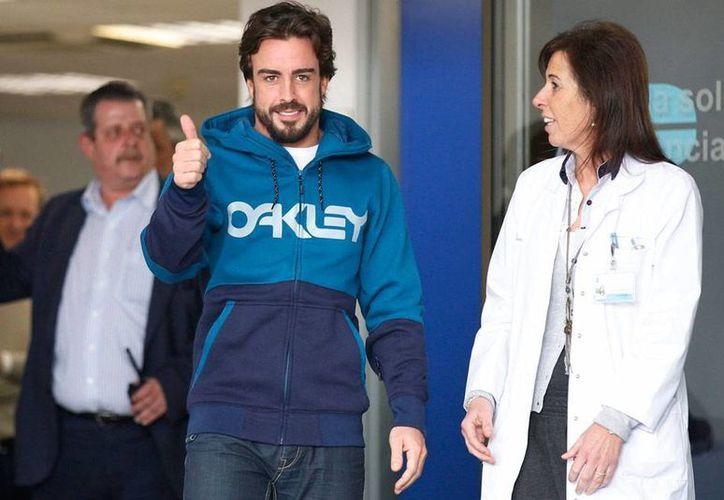 Sin dar declaraciones, el piloto español de Fórmula 1 Fernando Alonso abandonó el hospital, tras sufrir un accidente en las pruebas del Gran Premio de España. (Efe)
