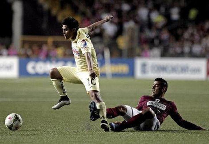 Osvaldo Martínez pelea el balón con Ariel Rodríguez en partido entre Aguilas del América y Saprissa en Concachampions. (Mexsport)