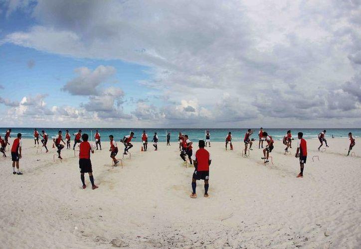 El equipo durante su entrenamiento en la playa. (Raúl Caballero/SIPSE)