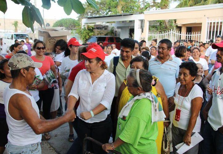 La candidata Susana Hurtado recorriendo las calles de Cancún. (Cortesía/SIPSE)