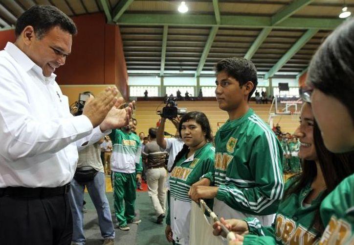 El Gobernador abanderó al equipo del Cobay que viajó a Acapulco. (Milenio Novedades)