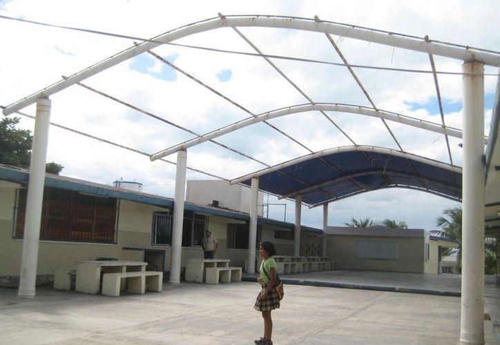 Tanto el desayunador como el área de usos múltiples necesitan mantenimiento, cotizado en alrededor de 50 mil pesos. (Lanrry Parra/SIPSE)