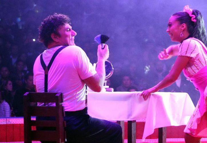 Larible dedicó su 'show' a tres angelitos: Juventino, su compadre Gustavo, y a Eva Fuentes Gasca. (Notimex)