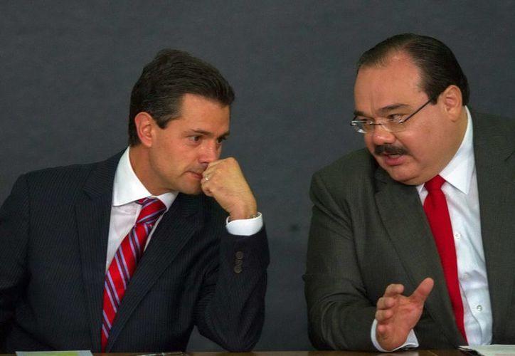 El presidente Enrique Peña Nieto, dialoga con el secretario de Desarrollo Agrario, Territorial y Urbano, Jorge Carlos Ramírez Marín, durante el anuncio de la nueva Política Nacional de Vivienda. (Notimex)