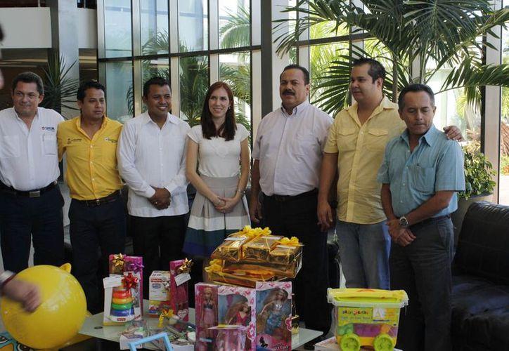 El presidente municipal y funcionarios del municipio de Benito Juárez en la entrega de juguetes en TvCun. (Jesús Tijerina/SIPSE)