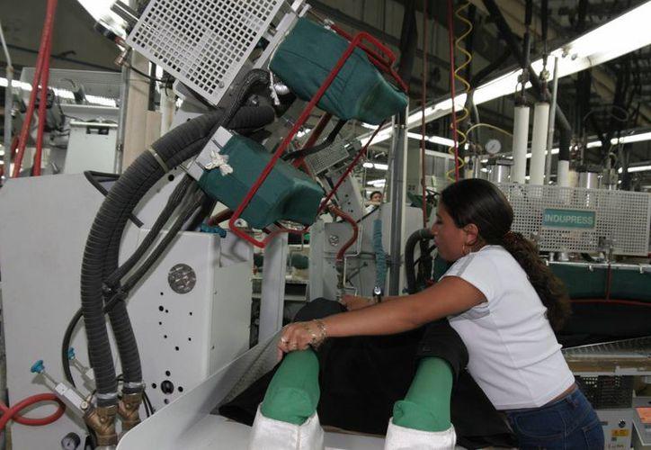 En la imagen empleada yucateca que labora en empresa con inversión extranjera. (Milenio Novedades)