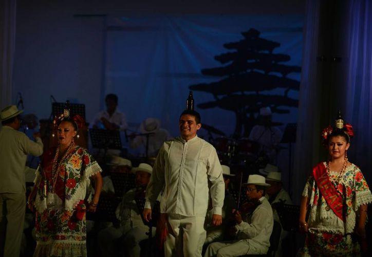 La jarana, la trova y bailes típicos se desplegaron en la Noche Yucateca 2015. (Luis Pérez/SIPSE)