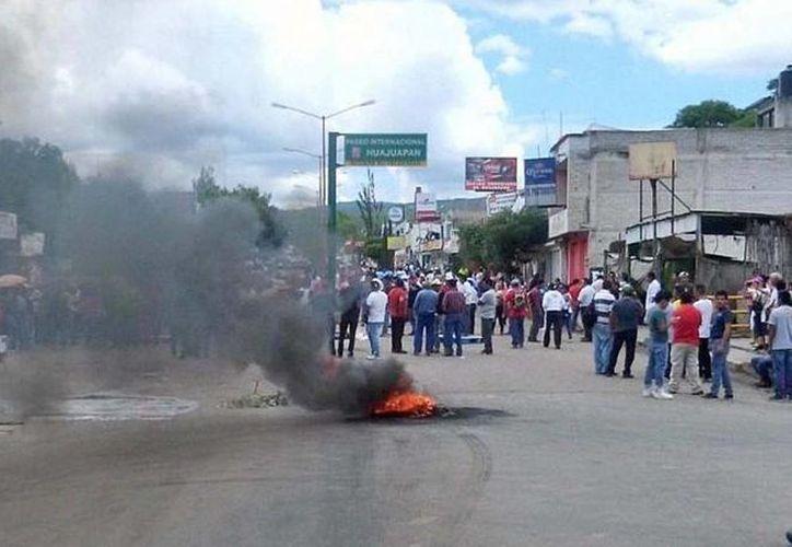 Autoridades mantienen rencillas contra activistas  que tomaron juntas distritales en Oaxaca. En la foto, enfrentamiento de maestros contra federales en Huajuapan. (noticias.net.mx)