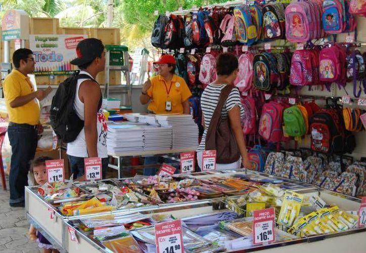 """En la """"Feria Regreso a Clases"""" los útiles escolares son ofertados con atractivos descuentos. (Redacción/SIPSE)"""