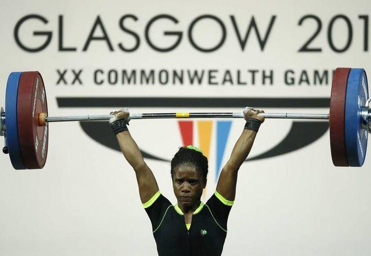 Apenas este viernes la nigeriana Chika Amalaha  ganó el oro en la división 53 kilos en los Juegos de la Mancomunidad. (Foto: AP)