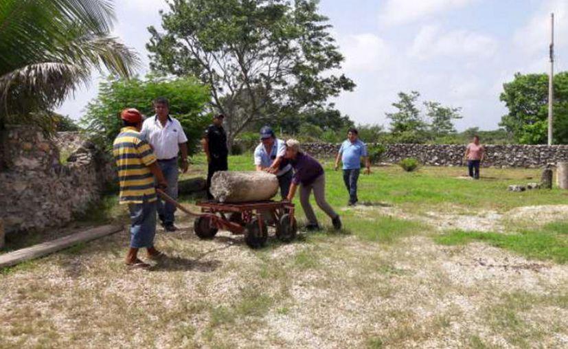 Una pareja de canadienses entregó al INAH más de 170 piezas arqueológicas que tenían en su poder, en una propiedad que habitan en Izamal. (Notimex)