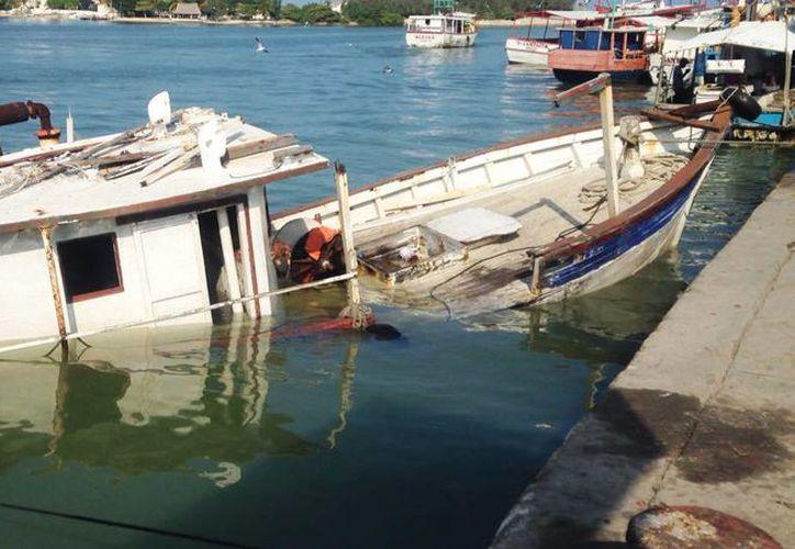 La embarcación se hundió alrededor de la 1:00 de la madrugada de hoy, en el Puerto de abrigo de Progreso. (Milenio Novedades)