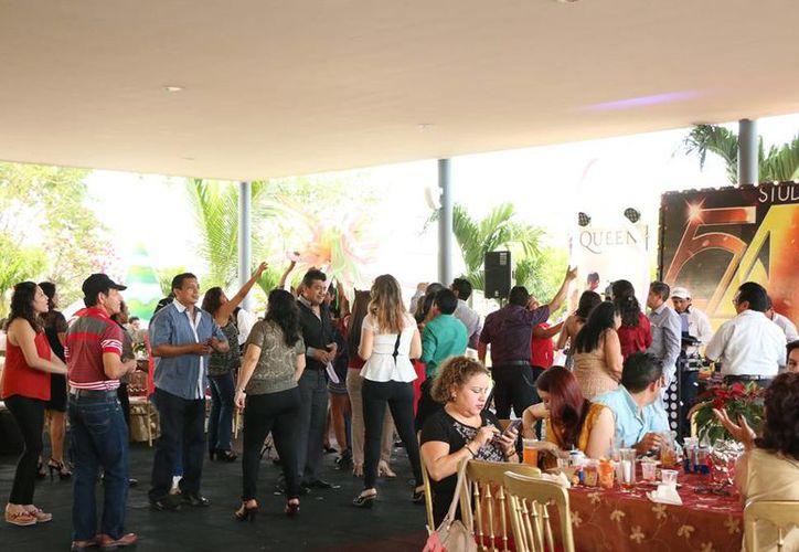 Un miércoles de gran convivencia pasaron empleados y directivos de Grupo SIPSE división Medios Impresos, en la cual el baile no faltó. (José Acosta/ Milenio Novedades)