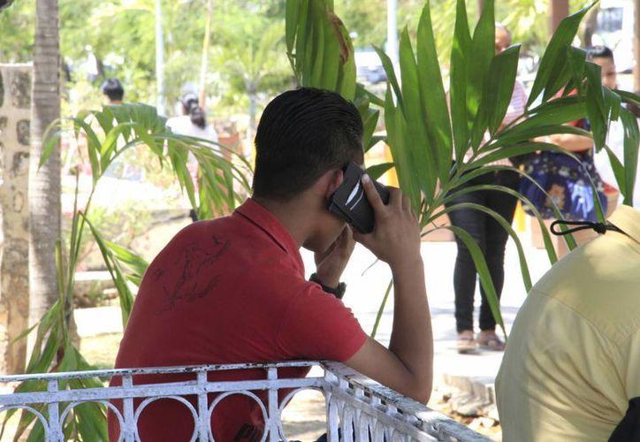 Las personas sufren nerviosismo, ansiedad y angustia por no estar en contacto con su móvil. (Tomás Álvarez/SIPSE)