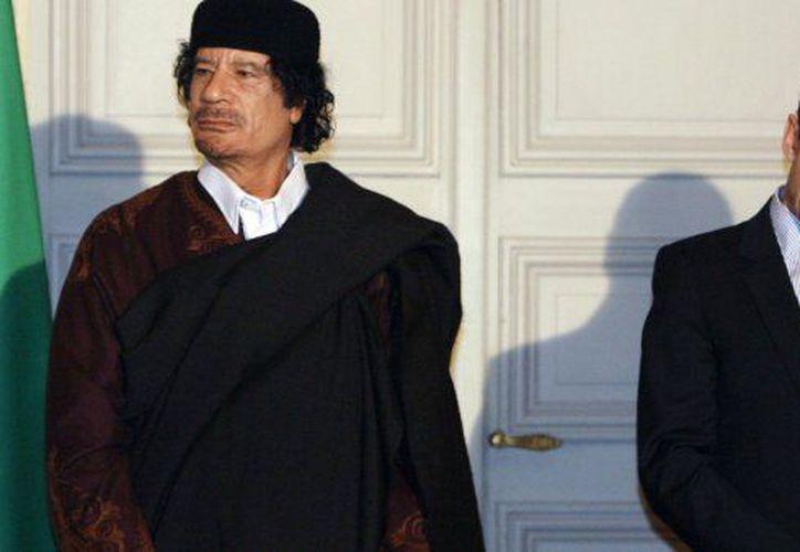 El presidente francés Nicolas Sarkozy y el líder libio Muammar Gaddafi, en un encuentro en 2007. (France 24)
