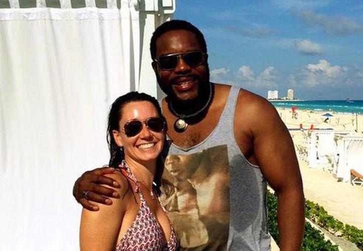La joven posó a lado del actor Chad Coleman a quien conoció durante sus vacaciones en Cancún. (Twitter/kab2828)