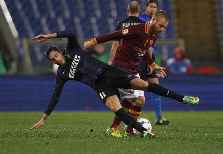 Daniele De Rossi, de la Roma (d), fue castigado por golpear a un jugador del Inter de Milán, en el partido que terminó en un empate sin goles el sábado pasado. (Agencias)