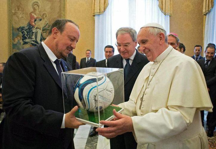 El Papa Francisco  recibe un obsequio de manos del entrenador del Nápoles, el español Rafa Benitez. (EFE)