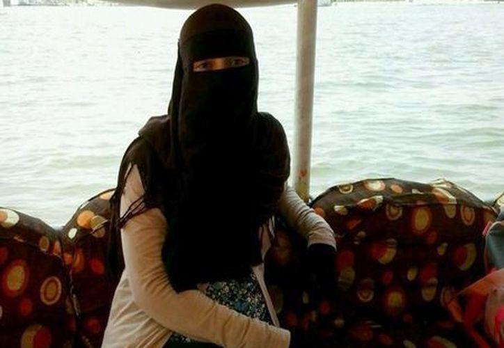 Leticia Tirado una de las mujeres españolas que ha abrazado la religión del Islam, y que ahora vive en El Cairo con su marido e hijo. (EFE)