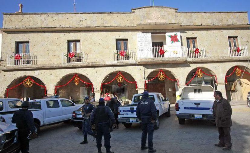 Policías de diversos poblados de Jalisco (en la foto) y Michoacán han desertado ante la ola de ejecuciones. (Notimex)