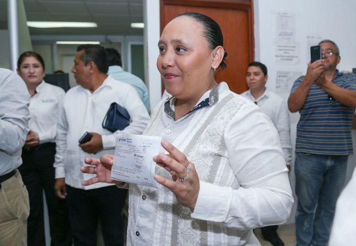 La presidenta municipal, Cristina Torres Gómez, durante la presentación del programa de descuentos. (Cortesía)