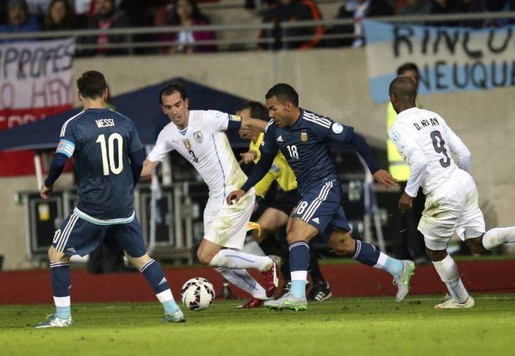 El delantero argentino Carlos Tévez (c), quien participa en la Copa América 2015, dejará al club italiano Juventus, debido a que se quedará en Argentina para jugar con el Boca Juniors. (Notimex)