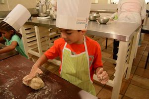 Niños cocinan en curso de verano en Cancún
