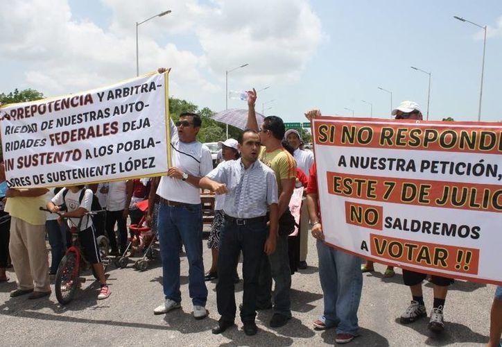 El administrador del recinto fiscal se negó a entablar el diálogo con los manifestantes. (Harold Alcocer/SIPSE)