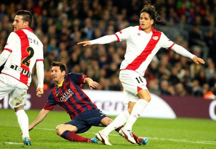 Instante en que Lionel Messi, La Pulga, consigue su segundo gol para contribuir a la goleada del Barza sobre el Rayo. El argentino está ahora a 23 goles de empatar el récord como máximo goleador en la historia de la Primera División de España. (EFE)