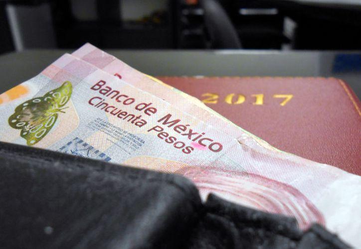 Los mexicanos han tenido que sacar más dinero de la cartera para comprar lo mismo que adquirían a principio de año, según el IMEF. (SIPSE.com)