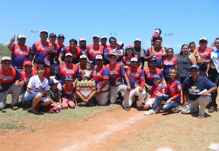 Piratas Pascuales de la Pezuña consiguieron el campeonato con marcador definitivo de 20-6, con lo que terminaron con la racha ganadora de la Pollería Mixtán. (Miguel Maldonado/SIPSE)