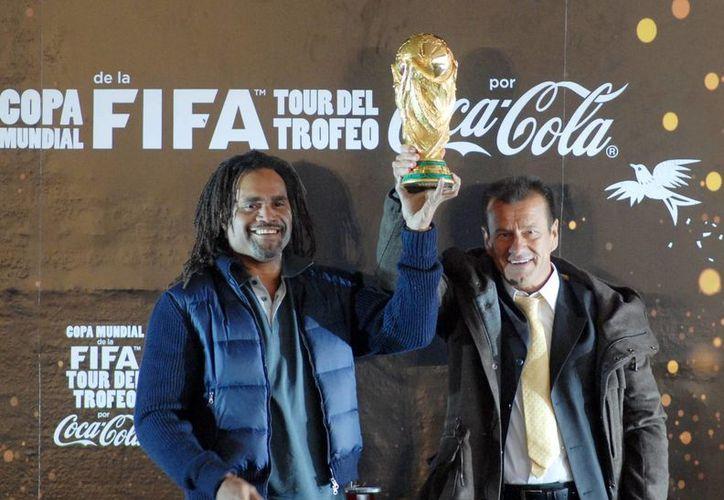 Los exfutbolistas Christian Karembeau y Carlos Caetano Dunga presentaron el trofeo de la Copa Mundial de la FIFA. (Notimex)